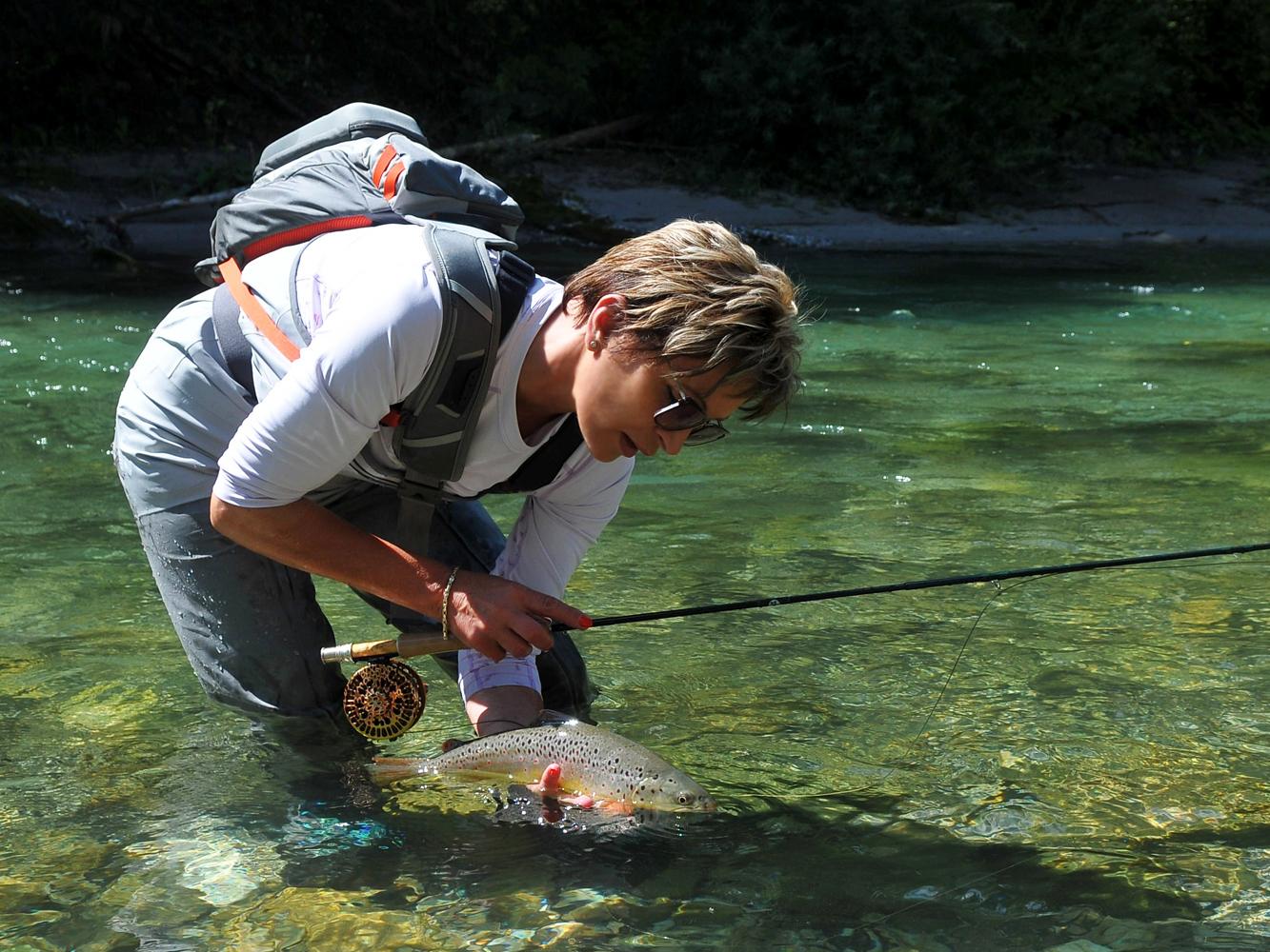 Mirjana Pavlic beim Fliegenfischen auf Bachforelle